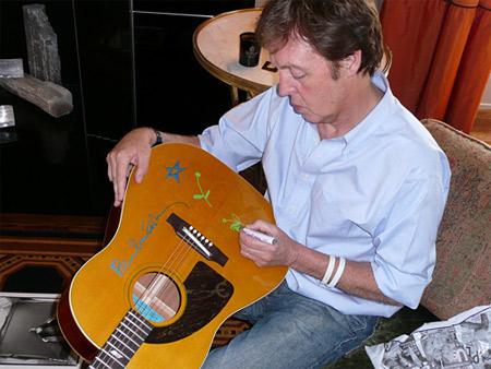 The Beatles Polska: Paul sprzedaje gitary na cele charytatywne.