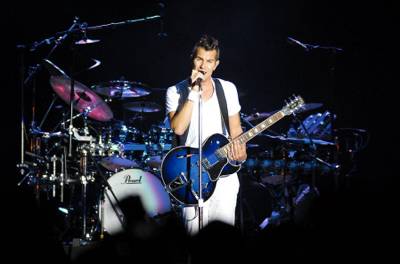 Nick Hexum with his Gibson ES-137