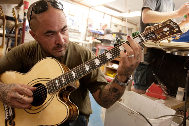 gibson acoustic debuts the long anticipated aaron lewis signature southern jumbo guitar at namm. Black Bedroom Furniture Sets. Home Design Ideas