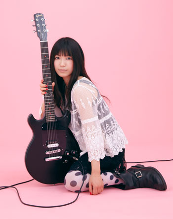 ギターを抱えるピンク背景のmiwa