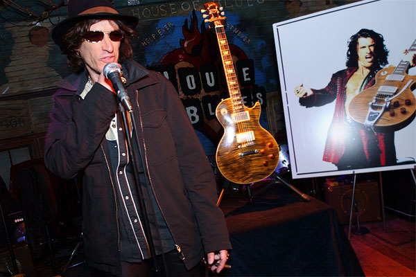 http://www.gibson.com/press/custom/img/joe_unveiling2.jpg